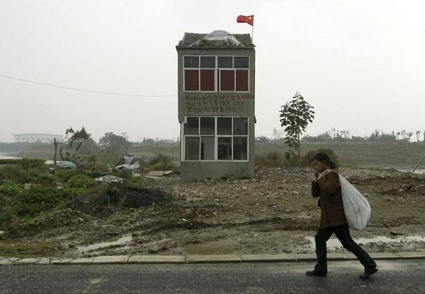 Foto de 2008 mostra último imóvel que restou em canteiro de obras em Nanjing, na província de Jiangsu, após dono não aceitar acordo (Foto: Sean Yong/Reuters)