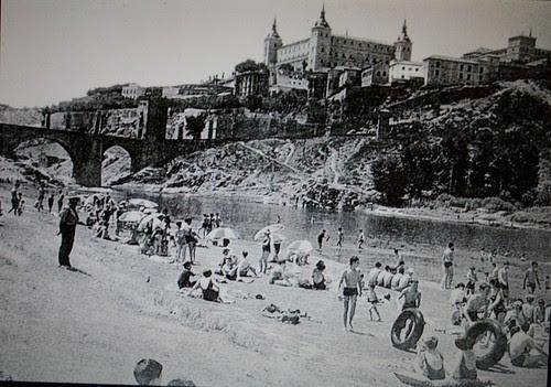 Bañistas en la Playa de Safont, Toledo. Mediados del siglo XX