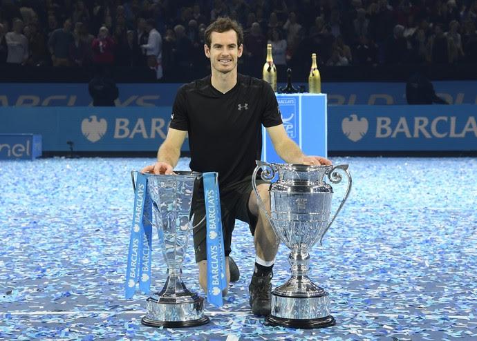 Andy Murray com os troféus do ATP Finals e de número 1 do mundo de 2016 (Foto: Reuters)