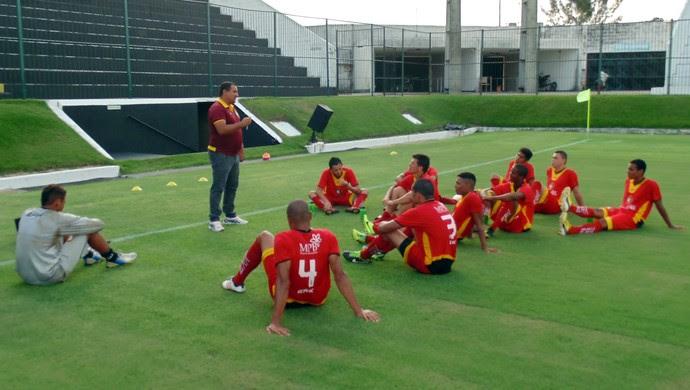 Higor César conversa com os jogadores do Globo FC (Foto: Jocaff Souza/GloboEsporte.com)