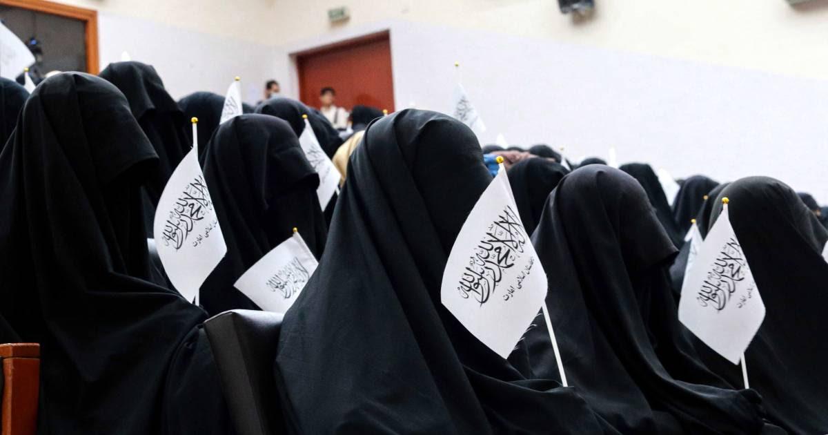 Afghaanse vrouwen wereldwijd kleden zich in kleurrijke gewaden uit protest tegen de taliban