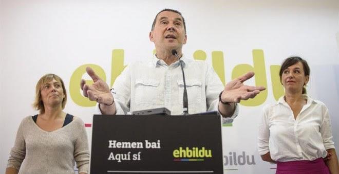 El candidato de EH Bildu a lehendakari, Arnaldo Otegi (c), presenta a los medios a la cabeza de lista por Bizkaia de la coalición soberanista a las elecciones vascas del 25S. EFE/Javier Zorrilla