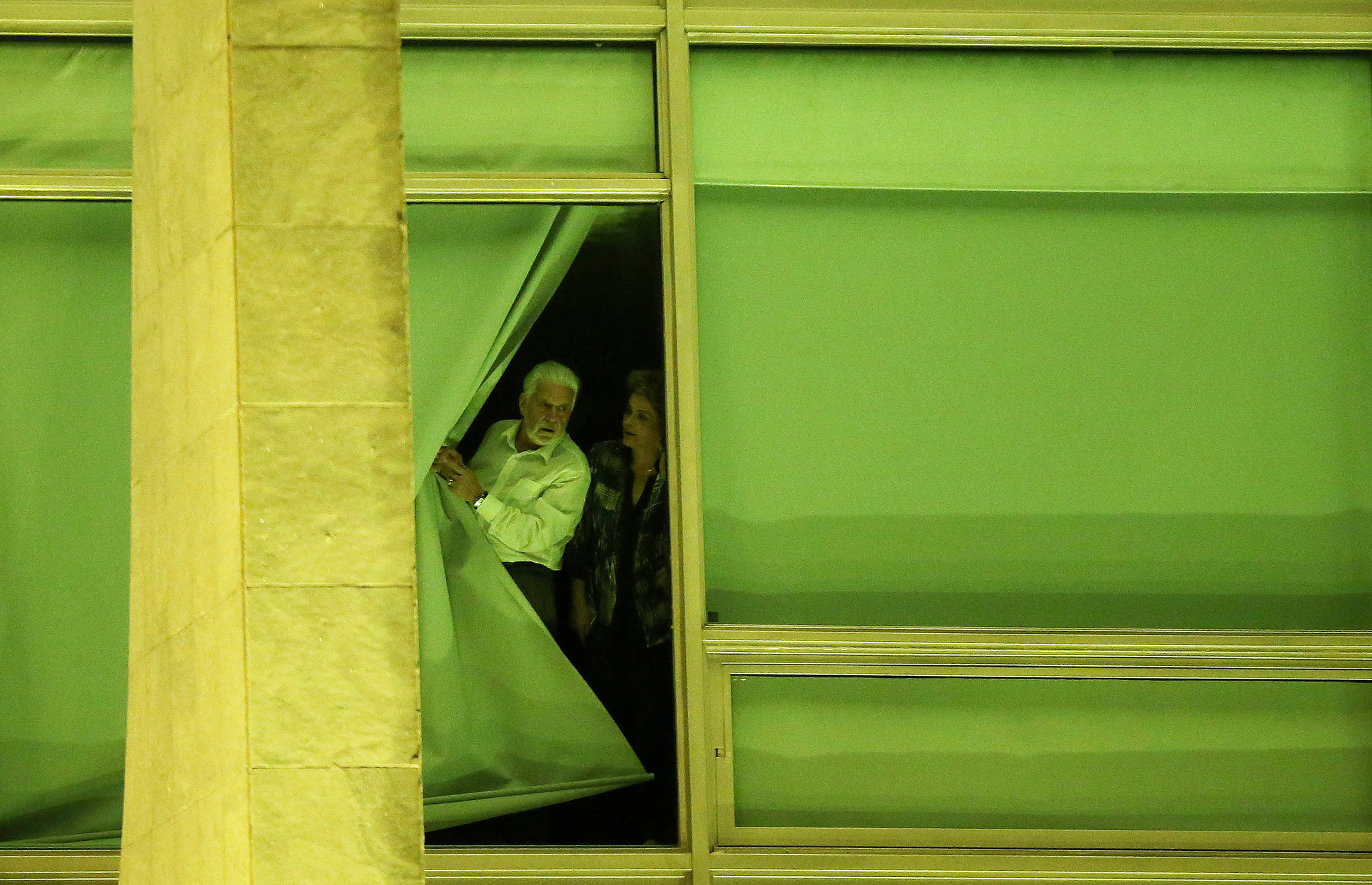 Brazil's President Dilma Rousseff, accompanied by Chief of Staff Jaques Wagner, looks from a window at Planalto Palace in Brasilia, Brazil, May 11, 2016.  REUTERS/Adriano Machado     TPX IMAGES OF THE DAY      - RTX2DWXU