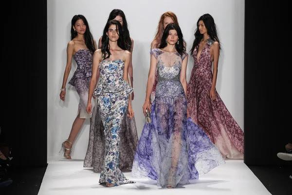 Modelos a pie de la pasarela en el fashion show de Badgley Mischka — Foto de Stock #57868865