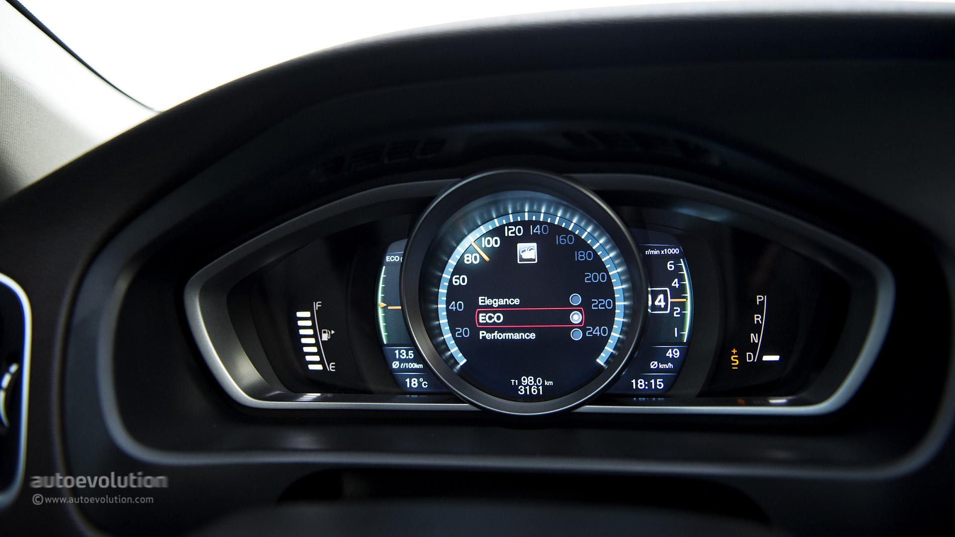 Mercedes Gla 220 Cdi Vs Volvo V40 Cross Country D4 The Cross Hatch Comparison Autoevolution