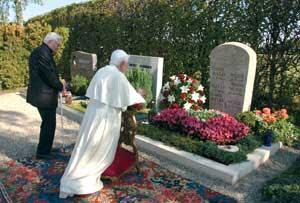 Benedicto XVI con su hermano Georg rezando ante la tumba de sus padres y de su hermana Maria en el cementerio de Ziegetsdorf, en Ratisbona, el 14 de septiembre de 2006