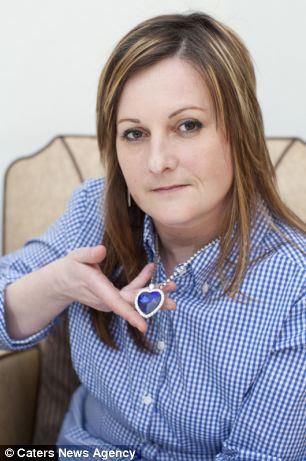 Inspiração Blockbuster: Beverley Fazendeiro com uma réplica do colar que ela diz que foi dado a sua bisavó por seu amante casado a bordo do Titanic