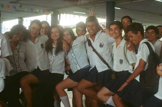 Alunos de colégio no RJ fazem 'saiaço' em apoio a estudante transgênero
