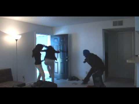 video que muestra a un hombre gastandoles una broma a sus vecinas, haciendose pasar por un ladrón
