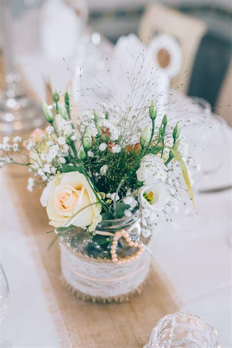 Tischdeko mit Gurkenglas. Verziert mit Jute und Spitze für