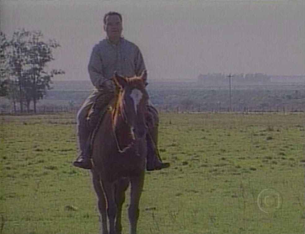 Getúlio Dornelles Vargas anda a cavalo em reportagem exibida em 1999 pela TV Globo (Foto: Cedoc/RBS TV)