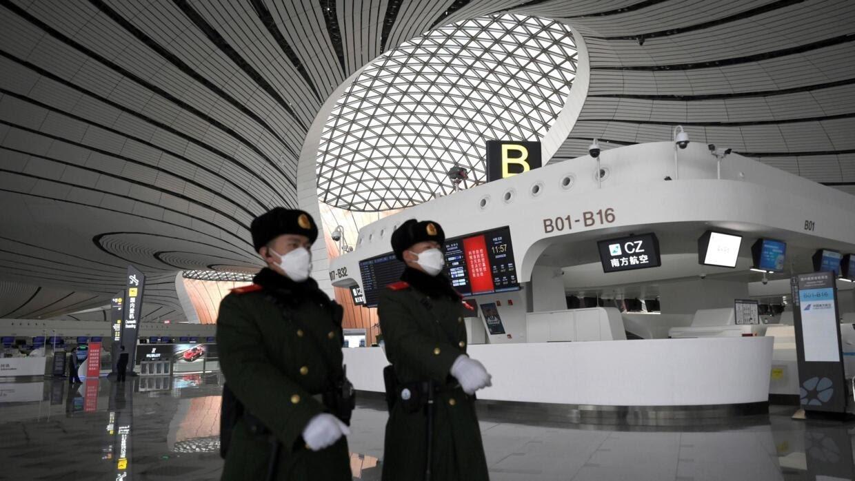 Công an vũ trang đeo khẩu trang tuần tra tại Daxing International Airport ở Bắc Kinh ngày 20/02/2020.
