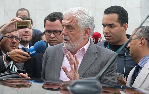 O ministro da Casa Civil, Jaques Wagner, após reunião com o vice-presidente Michel Temer, no prédio anexo ao Palácio do Planalto
