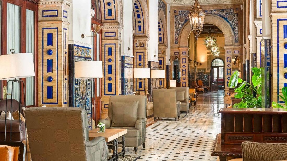El interiorismo del hotel Alfonso XIII es una interpretación suntuosa del estilo mudéjar español del siglo xv, que combina elementos arquitectónicos y ornamentales moriscos y españoles