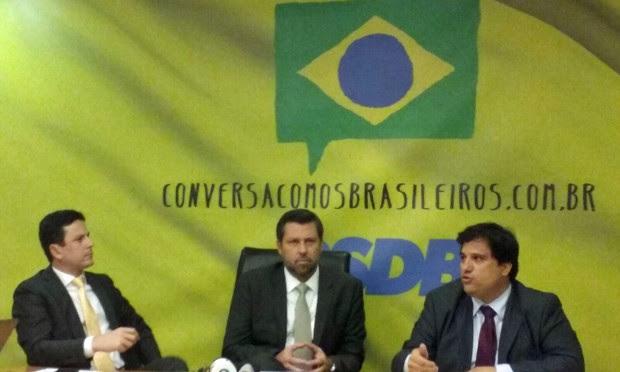 O líder do PSDB na Câmara, Carlos Sampaio (SP), ao centro, apresenta resultado da auditoria realizada pelo partido (Foto: Gustavo Garcia/G1)