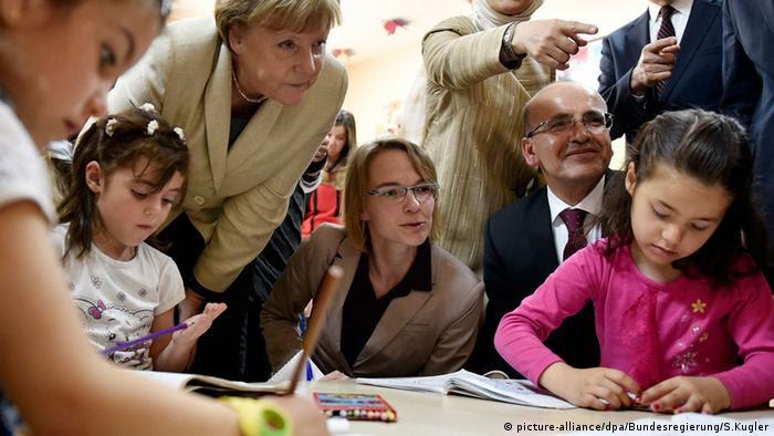 Türkei Angela Merkel zu Besuch im Flüchtlingslager Nizip I (picture-alliance/dpa/Bundesregierung/S.Kugler)