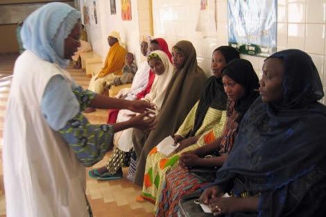 Mujeres africanas reciben información en un centro de planificación familiar.| Afp