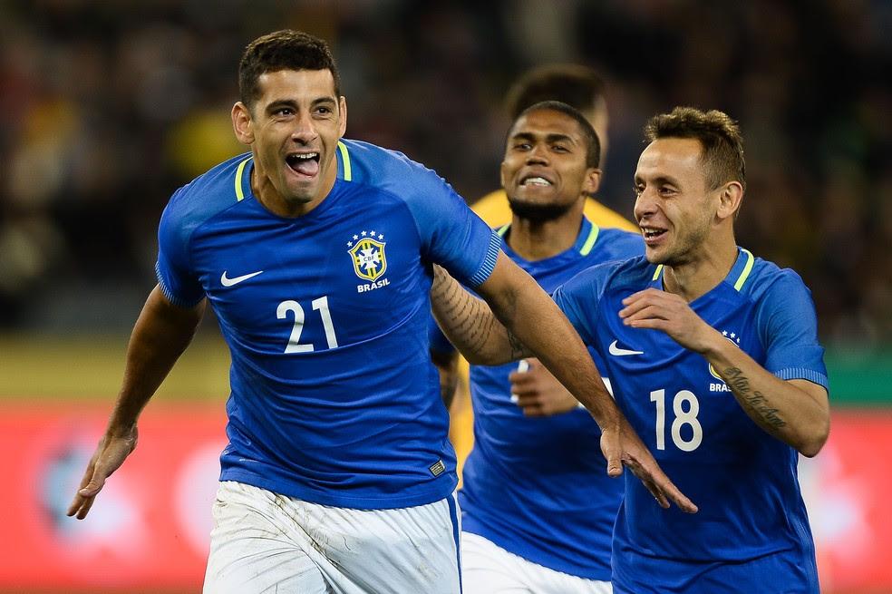 Diego Souza comemora gol da seleção brasileira sobre a Austrália seguido por Douglas Costa e Rafinha (Foto: Pedro Martins/MoWa Press)