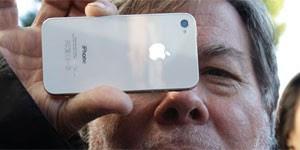 Após 20 horas na fila, Steve Wozniak compra iPhone 4S em loja dos EUA (Foto: Paul Sakuma/AP)