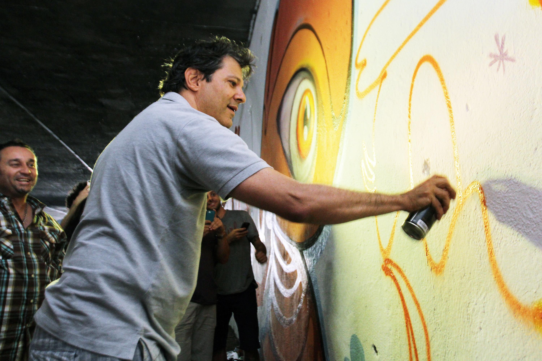 Fernando Haddad grafita Pato Donald em muro