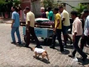 Cadela acompanha enterros há três anos em Tanquinho (Foto: Reprodução/TV Bahia)