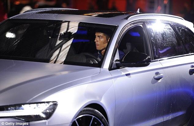 Cristiano Ronaldo se sienta al volante de uno de los coches de Audi durante el evento patrocinado