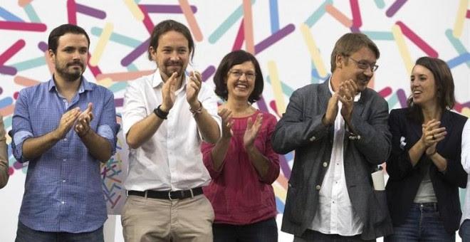 El coordinador federal de IU, Alberto Garzón (i), el secretario general de Podemos, Pablo Iglesias (i), el portavoz de En Comú Podem, Xavier Domènech (2d), la portavoz de Podemos en el Congreso, Irene Montero (d), en  la asamblea Zaragoza. EFE