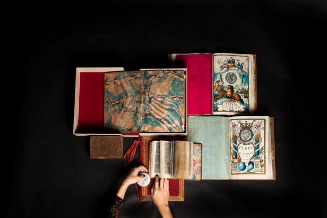 Una imagen de varios libros antiguos de la librería Astarloa