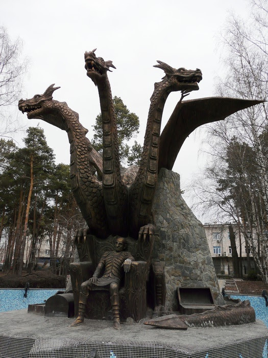Скульптура Змея Горыныча и Кощея Бессмертного в Новосибирске. Фото