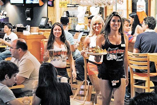 Bar Hooters, franquia de uma rede tradicional americana, chama a atenção pelas garçonetes de shortinhos