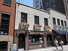A fotografia colorida do Stonewall tomado recentemente, mostrando uma janela de vidro menor em uma parte do edifício 1969