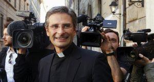 Vaticano afasta padre que revelou ser gay em entrevista