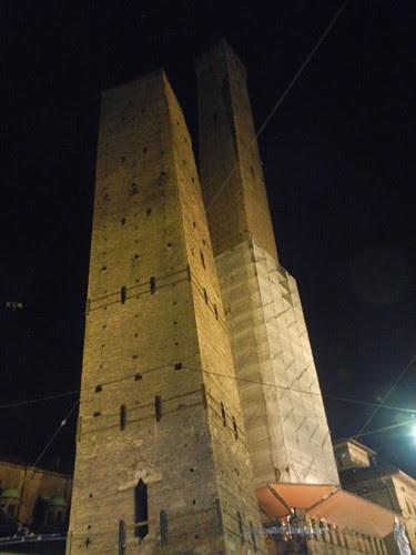 DSCN4352 _ Le due torri (Torre Garisenda, left and Torre degli Asinelli, right), Bologna, October 2012, Bologna, 17 October