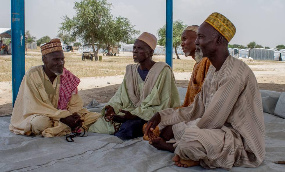 Campo de refugiados de Sayam Forage. Moustapha, Halhaishi, Maidougou y Mallam son cuatro ancianos nigerianos que huyeron de Boko Haram y que hoy charlan sobre las estrecheces que han pasado.