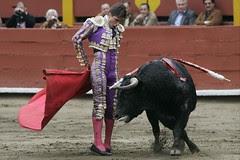 Eduardo Gallo cambiando de mano en la cara del toro