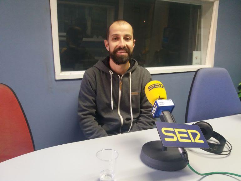 Javier Agirre Erauso en el estudio de Radio Irun.