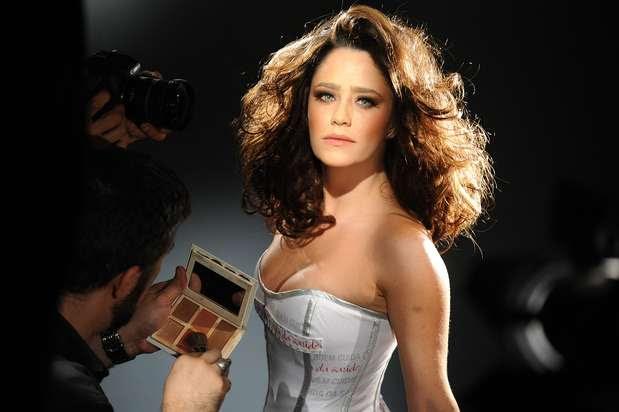 Doze famosos, produzidos por 12 hairstylists diferentes, posaram para o Calendário LOréal 2013 Cabeleireiros Contra Aids. A atriz Fernanda Vasconcellos foi uma delas Foto: Divulgação
