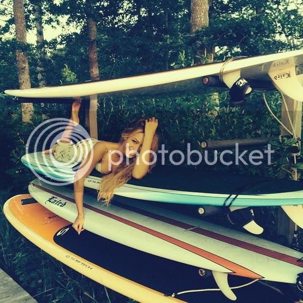 Snapshot: Beyoncé & her surfboard...