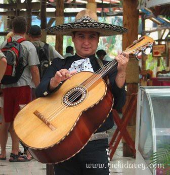 Foto af mexikaner, der spiller på den særlige mexikanske basguitar anvendt i maricachi musikken.