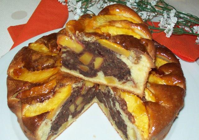 Torta variegata con le pesche