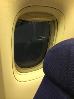 Rachadura em janela de avião da companhia KLM levou aeronave a retornar ao Galeão, Rio (Foto: Fernando Wiktor/TV Globo)