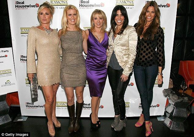 Coloque com o velho: Kelly (extrema direita) com seu colegas de elenco de idade Sonja Morgan, Alex McCord, Ramona Singer, Cindy Barshop para Real Housewives of New York