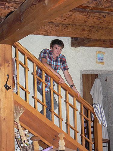 clem dans l'escalier.jpg