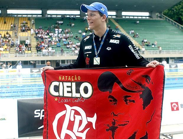 natação Cesar Cielo toalha Flamengo (Foto: Divulgação)