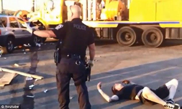 Προσπάθεια να συγκρατήσει: Ένας αστυνομικός πλησιάζει τον έφηβο, αλλά αν χτυπήσει flailing χέρια του και κλοτσιές