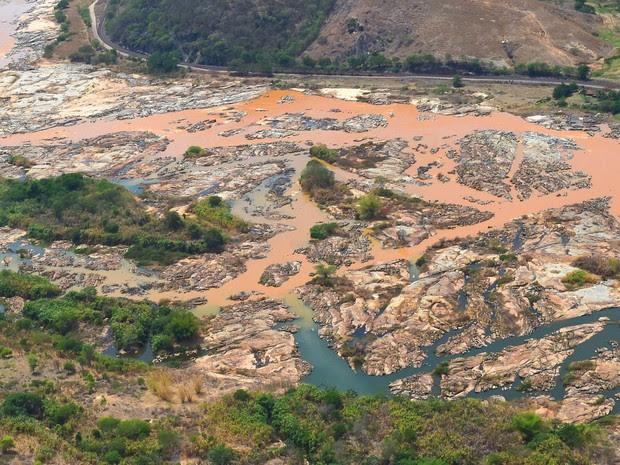Imagem aéra mostra a lama no Rio Doce em Resplendor, no Espírito Santo, após rompimento de barragens em Bento Rodrigues, em Minas Gerais (Foto: Fred Loureiro/Secom ES)