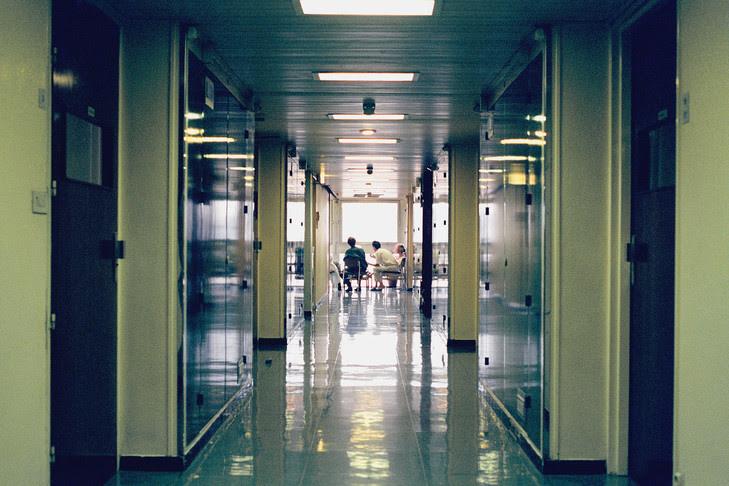 Réunion dans un hôpital psychiatrique.