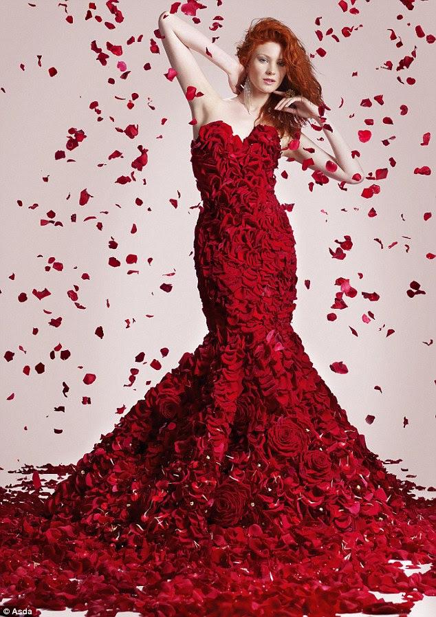 Asda revelou um vestido sereia de corte feita a partir de 1.725 flores para encorajar os casais a tratar-se este Dia dos Namorados