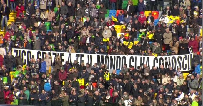 """Faixa da torcida do Udinese para Zico: """"Graças a você o mundo nos conheceu"""" (Foto: Reprodução de Twitter)"""