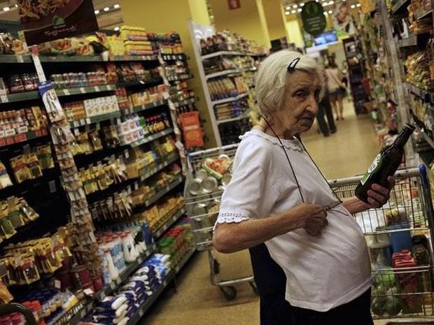 Vendas de hipermercados e supermercados, que tem o maior peso sobre o índice do varejo, caíram 0,9%. (Foto: REUTERS/Nacho Doce)